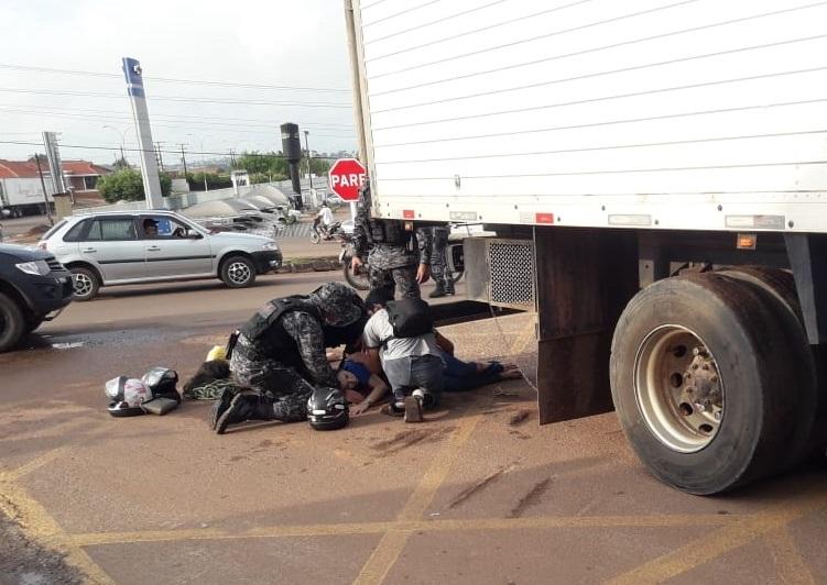 GRAVÍSSIMO – Duas garotas são atropeladas por caminhão e socorridas em estado grave nesta quinta (07)